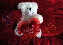 Peluche con los corazones rojos Fotos de archivo libres de regalías