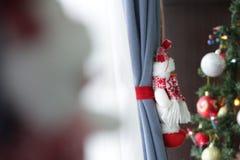 Peluche do boneco de neve ao lado de uma árvore dos chritsmas Imagem de Stock