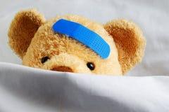 Peluche en cama Imagen de archivo