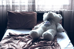 Peluche en la cama Imagenes de archivo