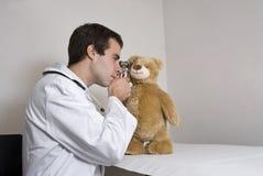 Peluche en los doctores Fotos de archivo