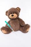 Peluche-oso con la jeringuilla Fotos de archivo
