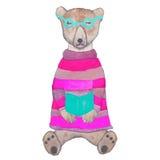 Peluche-oso del inconformista en un suéter hecho punto y vidrios que lee un libro Fotografía de archivo libre de regalías