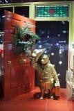 Peluche-oso Paddington de la felpa con el sombrero en la ventana de la tienda imagen de archivo libre de regalías