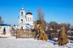 Peluches de paille des animaux contre l'église de Pokrovsk dans Voro Photos stock
