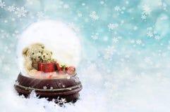 Peluches em um globo da neve imagens de stock