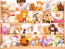 Peluches en el estante Imagen de archivo libre de regalías