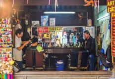 Peluquería de caballeros en la ciudad vieja en Hoi An, Vietnam fotografía de archivo