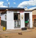 Peluquería de caballeros local en Soweto imagenes de archivo