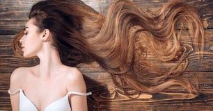 Peluquería de la belleza Pelo hermoso Corte de pelo de la moda Muchacha de la belleza con el pelo ondulado largo y brillante tren imágenes de archivo libres de regalías