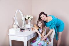 Peluquería de la madre su hija hermosa del preadolescente en casa Imagen de archivo libre de regalías