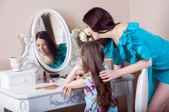 Peluquería de la madre su hija hermosa del preadolescente en casa Foto de archivo libre de regalías