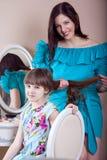 Peluquería de la madre su hija hermosa del preadolescente en casa Fotografía de archivo libre de regalías