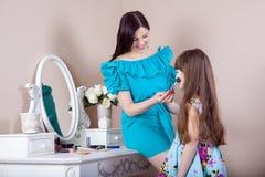 Peluquería de la madre su hija hermosa del preadolescente en casa Imagenes de archivo