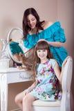 Peluquería de la madre su hija hermosa del preadolescente en casa Fotos de archivo libres de regalías