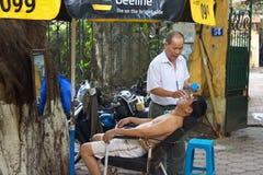 Peluquero de Ourdoor en la ciudad de Hanoi Viaje en Vietnam Año 2011, agosto Fotos de archivo
