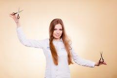 Peluquero de sexo femenino con las tijeras de los condensadores de ajuste Fotos de archivo