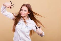 Peluquero de sexo femenino con las tijeras de los condensadores de ajuste Imagen de archivo libre de regalías