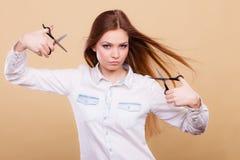Peluquero de sexo femenino con las tijeras de los condensadores de ajuste Imagen de archivo