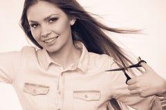 Peluquero de sexo femenino con las tijeras de los condensadores de ajuste Fotografía de archivo libre de regalías