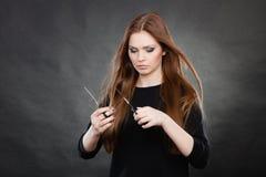 Peluquero de sexo femenino elegante profesional con las tijeras Fotos de archivo libres de regalías