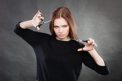 Peluquero de sexo femenino elegante profesional con las tijeras Fotos de archivo