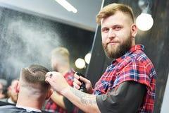 Peluquero en el trabajo Pelo del corte del peluquero del cliente fotografía de archivo libre de regalías