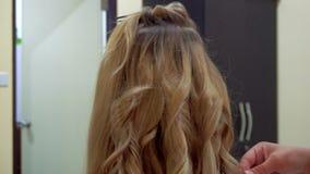Peluquero Make Hair Style con hierro que se encrespa Preparación de la boda almacen de video