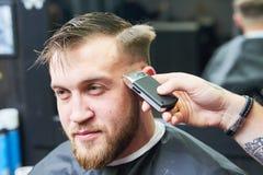 Peluquero o estilista en el trabajo Pelo del corte del peluquero del cliente imágenes de archivo libres de regalías