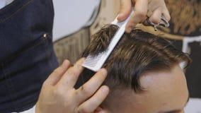 Peluquero para los hombres barbershop El cuidar para la barba El peluquero con las podadoras de pelo trabaja en el peinado para e almacen de video