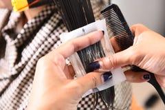 Peluquero - pelos que se encrespan del estilista Imágenes de archivo libres de regalías