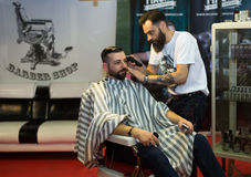 Peluquero profesional que afeita detrás de la cabeza para hombre Imagen de archivo