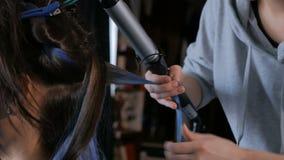 Peluquero profesional que hace el peinado para la mujer - la fabricación se encrespa almacen de video