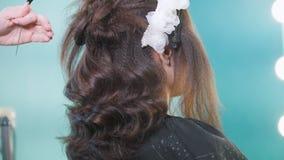 Peluquero que crea el peinado complicado de la tarde almacen de metraje de vídeo