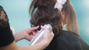Peluquero que crea el peinado complicado de la tarde metrajes