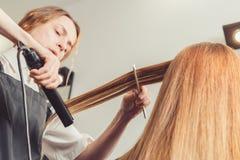 Peluquero que hace un peinado para el cliente Fotografía de archivo