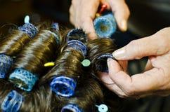 Peluquero que peina el pelo Imagen de archivo libre de regalías