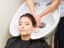 Peluquero que se lava el pelo del cliente de la mujer Fotografía de archivo libre de regalías