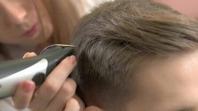 Peluquero que usa las podadoras de pelo, macro metrajes