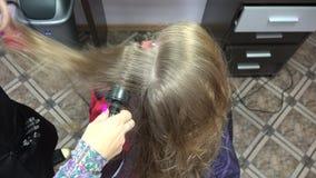 Peluquero Using Dryer en el pelo mojado de la mujer 4K almacen de video