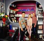 Peluqueros del equipo de los jóvenes en barbeshop Imagenes de archivo