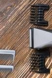 Peluqueros fijados para afeitar el pelo, en un fondo de madera, hay un lugar para una inscripción Imagenes de archivo
