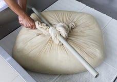 Pelusa de la gasa del búfalo de la producción de queso Fotos de archivo