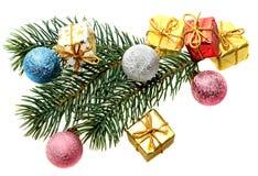Pelz-Baum Zweig, Weihnachtskugeln und Geschenke Stockfoto