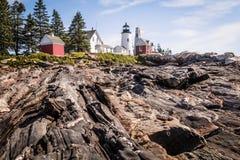 Pemaquid-Punkt Leuchtturm und Keepper-` s Haus auf einer drastischen felsigen Küste Lizenzfreie Stockfotos