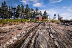Pemaquid-Punkt Leuchtturm und Keepper-` s Haus auf einer drastischen felsigen Küste Lizenzfreie Stockbilder