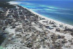Pemba, Mosambik - 1. Mai 2019: Vogelperspektive des verheerenden Fischerdorfes nach Wirbelsturm Kenneth in Nord-Mosambik lizenzfreies stockbild