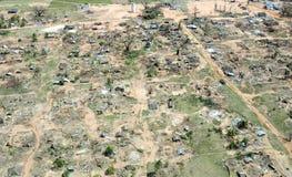 Pemba, Mosambik - 1. Mai 2019: Vogelperspektive des verheerenden Fischerdorfes nach Wirbelsturm Kenneth in Nord-Mosambik lizenzfreie stockfotografie