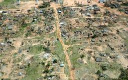 Pemba, Mosambik - 1. Mai 2019: Vogelperspektive des verheerenden Fischerdorfes nach Wirbelsturm Kenneth in Nord-Mosambik lizenzfreie stockfotos