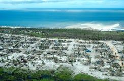 Pemba, Mozambique - 1 de mayo de 2019: Vista a?rea del pueblo pesquero devastado despu?s del cicl?n Kenneth en Mozambique septent fotografía de archivo